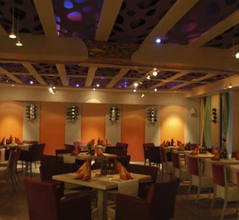 Abendliche Atmosphäre mit eingedeckten Tische