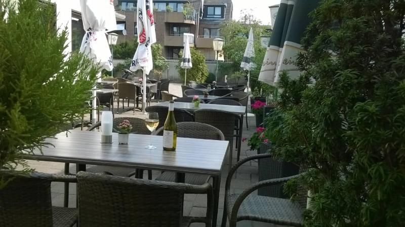 Bei schönem Wetter auf unsere Terrasse mit einem Glas Wein
