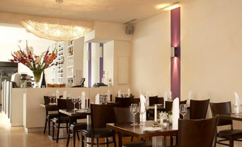 Modern eingerichtetes Restaurant