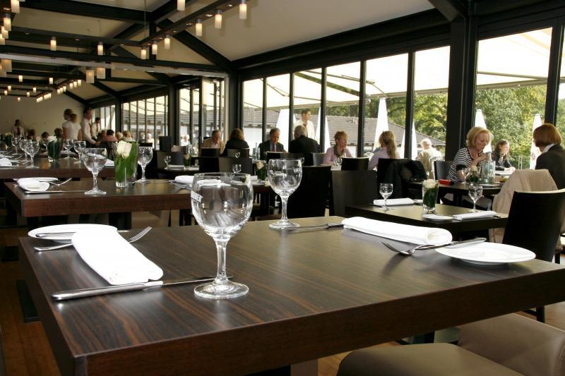 Eingedeckter Tisch in gemütlicher Atmosphäre