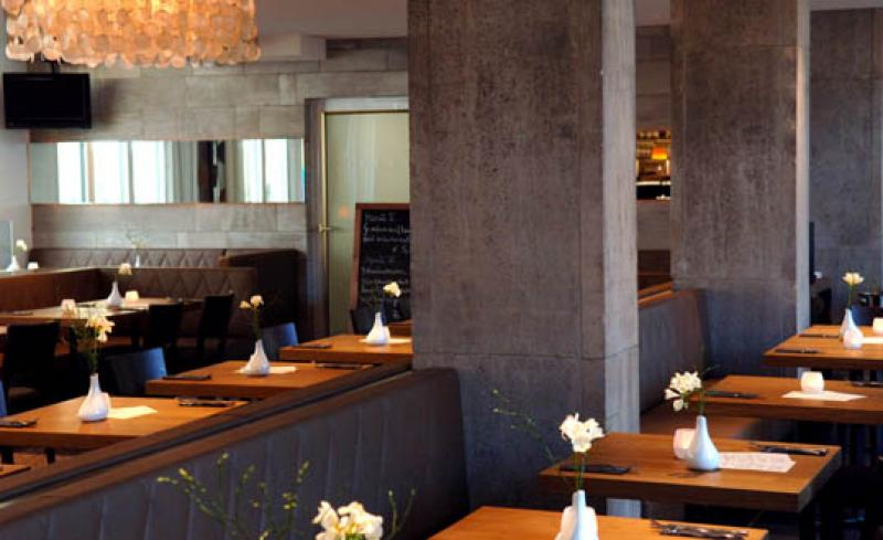 Modernes Restaurant mit gedecketen Tischen, Consilium