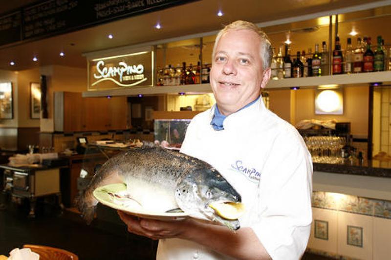 Chef mit frischen Fangfisch