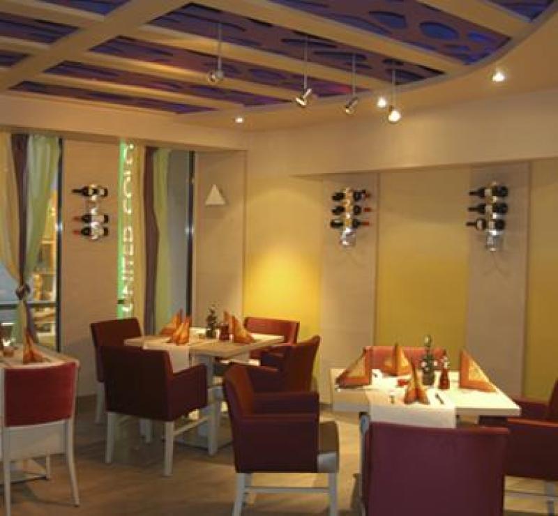 Gemütliche Atmosphäre mit eingedeckten Tischen im kleinen Steakehaus