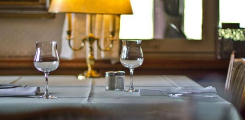 Schlicht gedeckter Tisch
