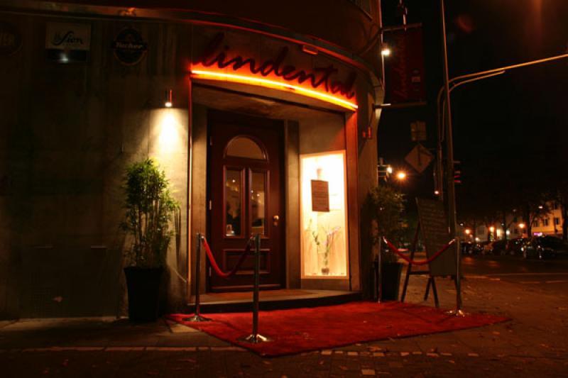 Roter Teppich vor der Eingangstür
