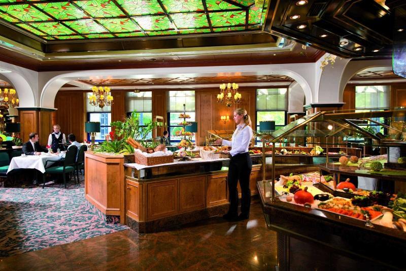 Gastraum mit großem Buffet