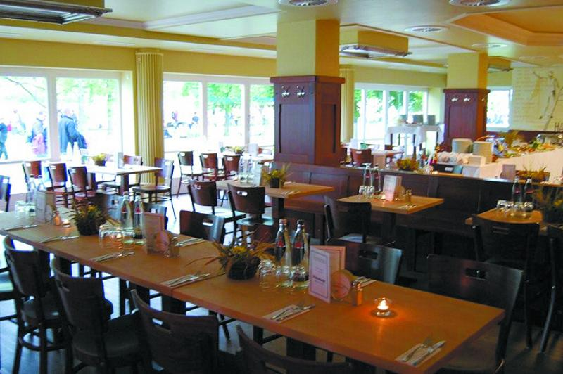 Helles Restaurant mit Blick auf den Rhein
