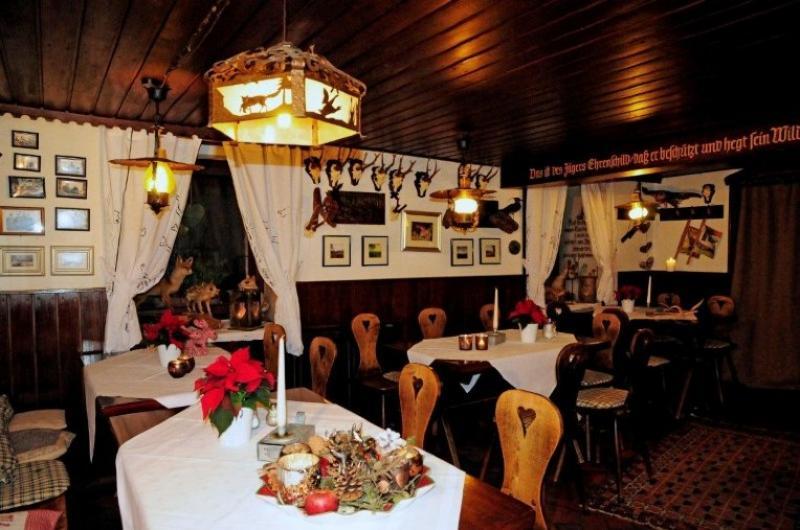 Gastraum mit gedeckten Tischen