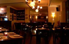 Gemütlicher Raum mit eingedeckten Tischen