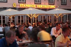 Biergarten am Rheinufer im Sommer