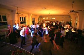 Tanzende Menschen im Festsaa