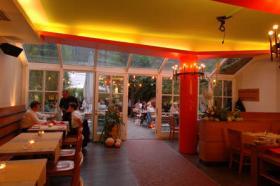 Große Glasfront sorgt für genügend Tageslicht beim Essen im Heising und Adelmann