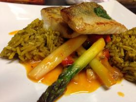 Fisch auf orientalischem Reis und spargel