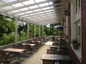 Veranda des Restaurants mit Blick auf den Königsforst