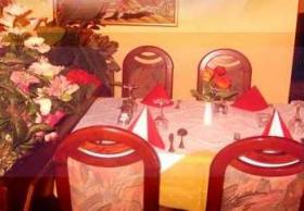 gemütlich eingedeckter Tisch