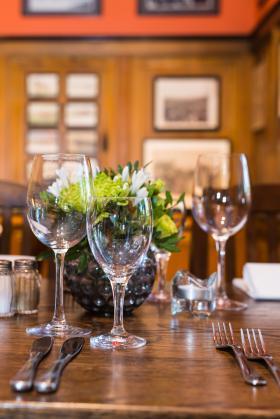 Fein gedeckter Tisch mit Blumen