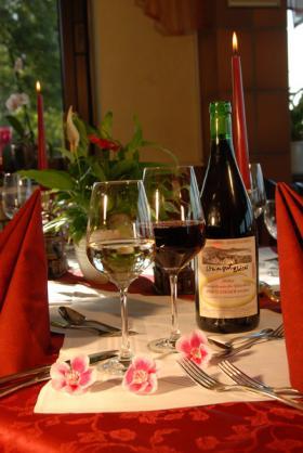 Tisch mit leckerem Rotwein
