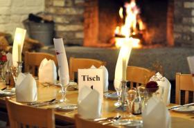 Tische in angenehmer Atmosphäre